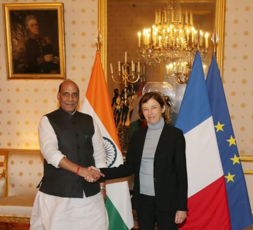 रक्षा मंत्री राजनाथ सिंह और फ्रांस की रक्षा मंत्री फ्लोरेंस पार्ली