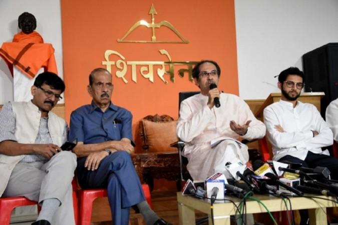शिवसेना प्रमुख उद्धव ठाकरे ने मुंबई में आदित्य ठाकरे और संजय राउत के साथ एक संवाददाता सम्मेलन को संबोधित किया।