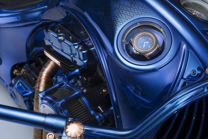 पत्रावी ट्रेवलटेक दो पर आधारित कार्ल एफ बुचेरर की विशेष घड़ी बाईक में लगी एक महंगी विशेषता है