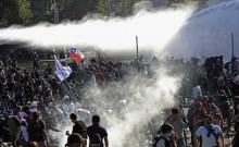 चिली में मेट्रो का किराया बढ़ने पर भड़के दंगे; 12 की मौत, 208 घायल