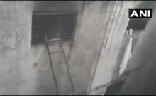 दिल्ली में बैग फैक्ट्री में लगी आग ने लील लीं 43 जिंदगियां, इमारत के मालिक को पुलिस ने किया गिरफ्तार